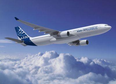 взлет самолета в облаках